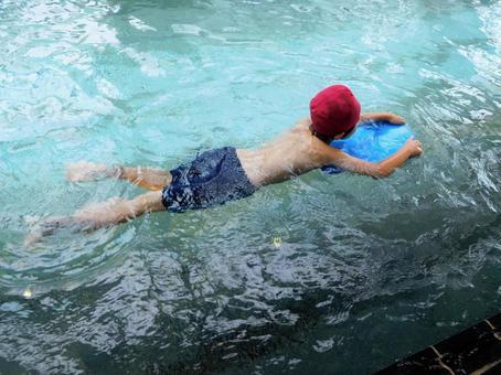 兒童在踢腳板上游泳(室內游泳池)