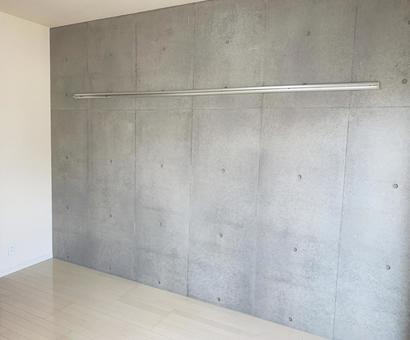 Concrete wall and picture rail