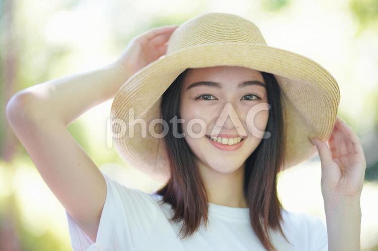 帽子をかぶる女の子の写真