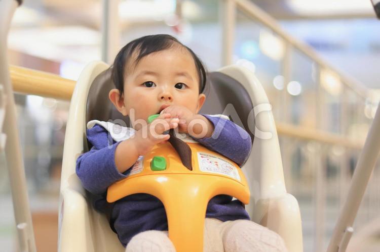 ショッピングモールでベビーカーに乗っている幼児の写真