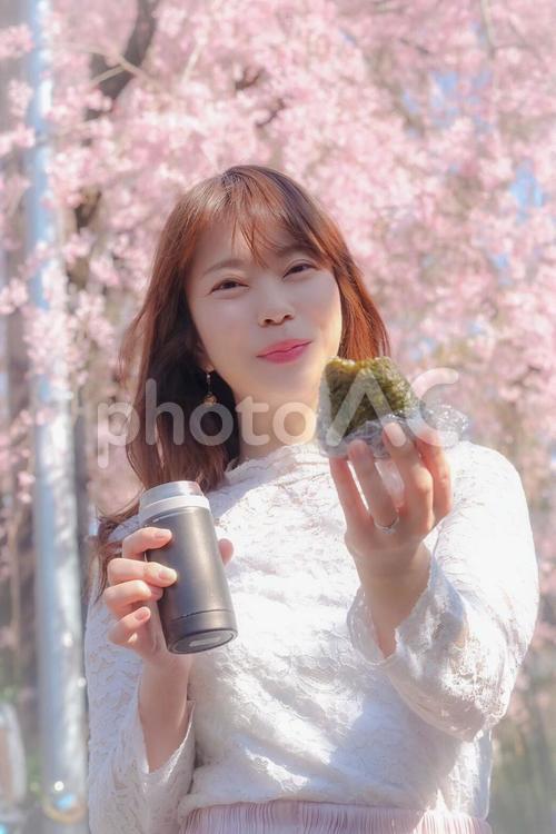 おにぎりとお花見と女性の写真