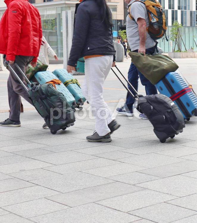 大きな荷物の旅行者の写真