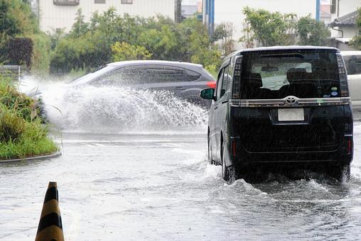 폭우로 물에 잠겼다 주차장과 물보라를 일으키며 달리는 자동차