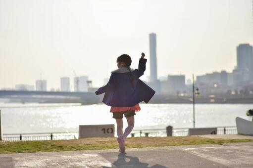 性格開朗的女孩,大海和城市景觀