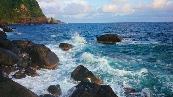동해의 바위 투성이 해변가와 바위에 부서지는 흰 물결 (사라시) 야마구치 현 나가토시 川尻岬