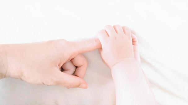 The baby's hands were plump and hummed many times. Mom's healing cream bun