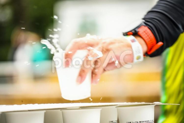 マラソンの給水所の写真