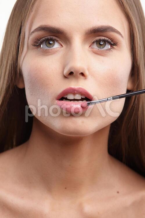 メイクする女性のくちびる14の写真
