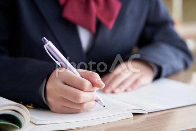 教室で勉強する日本人女子中学生の手元の写真