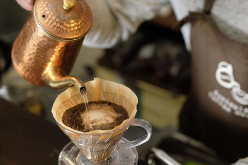 How to make coffee 16: Pour hot water into coffee