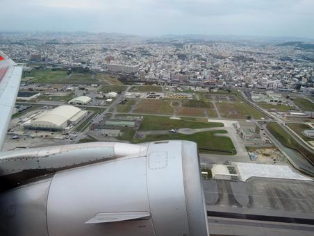 나하 공항에서 날아 오르는 비행기