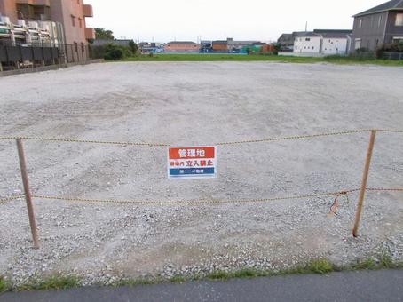 Signboard of a large vacant lot management area exploring the way of utilization