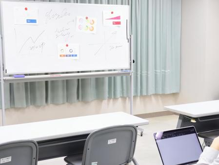 Image of looking at the whiteboard at the seminar ②