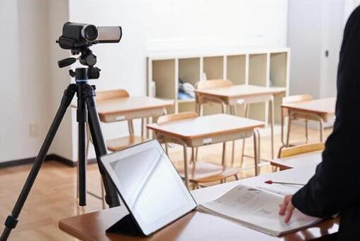 교실에서 온라인 수업 촬영을하는 이미지