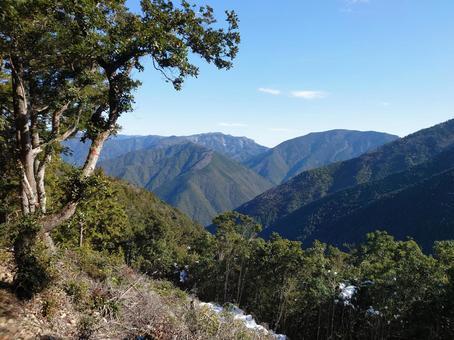 고갯길에서 보이는 산 · 하늘의 풍경