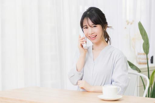 전화 통화를하는 젊은 여성