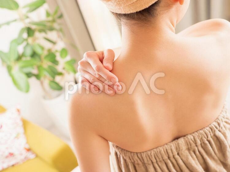 背中のスキンケアを気にする女性のイメージの写真