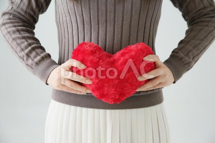 ハートを持つ女性 の写真