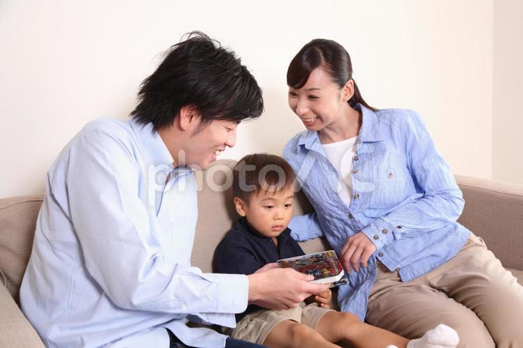 絵本を読む家族1の写真
