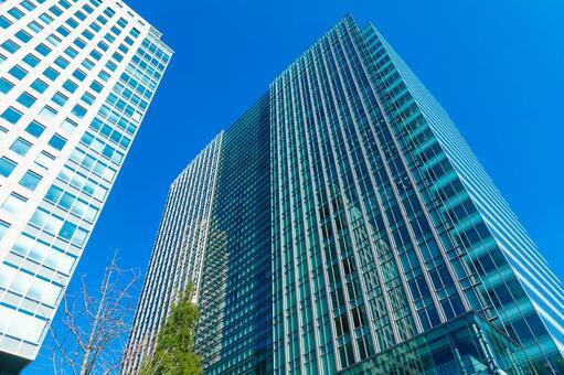 재개발이 진행 하마 마쓰 역, 푸른 하늘에 빛나는 사무실 빌딩