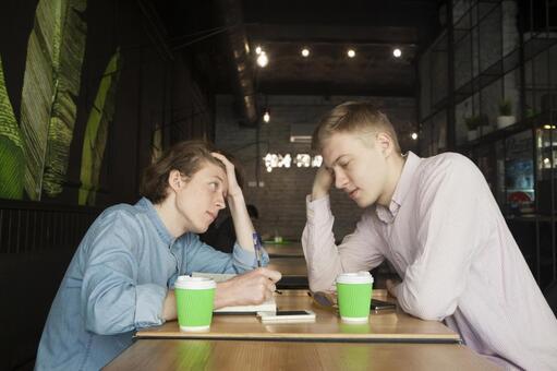 同性戀夫婦13坐在咖啡桌座位