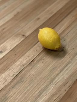 나무 테이블에 놓인 과일 레몬