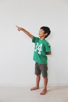 男孩指着手指