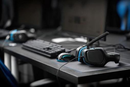 帶有電子競技圖像的鼠標,鍵盤,耳機