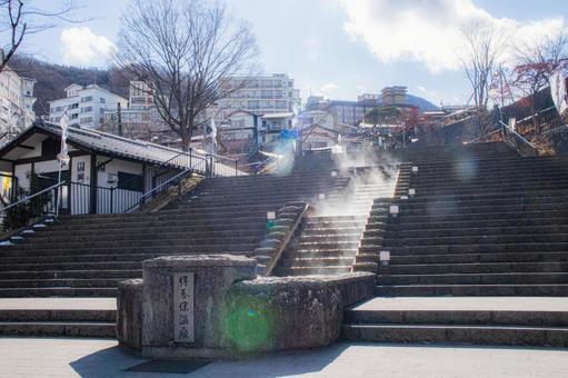 수증기 풍기는 겨울 이카 호 온천