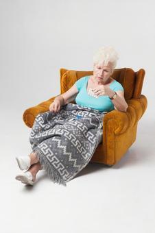 國外老年婦女2至坐在沙發上