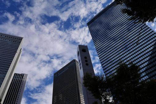 도시의 고층 빌딩과 푸른 하늘 도쿄 신주쿠