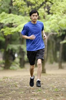 男人15到公园跑步