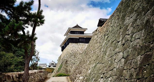 宏偉的石牆松山城
