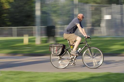 一个人骑自行车