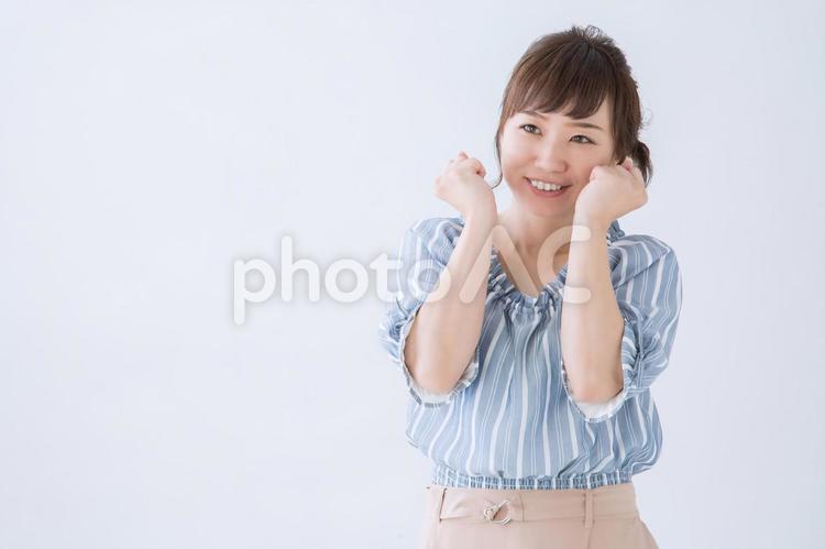 ワクワクする女性の写真