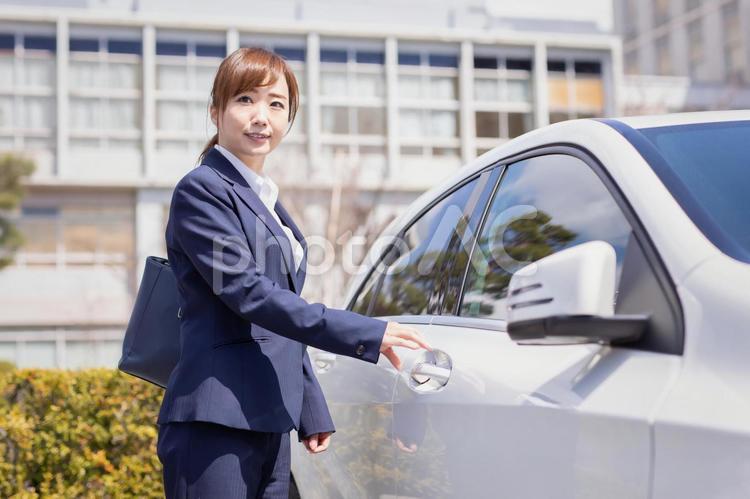 車に乗るビジネスウーマンの写真