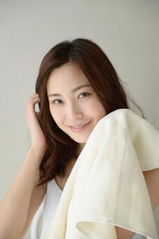 수건으로 얼굴을 닦는 여성 16