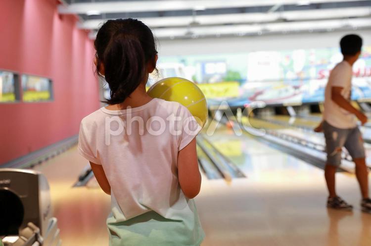 ボウリング中の女の子の写真