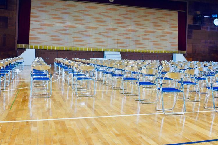 パイプ椅子が綺麗に並んだ体育館の写真