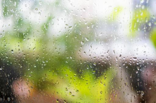 Raindrops on window glass_water droplets