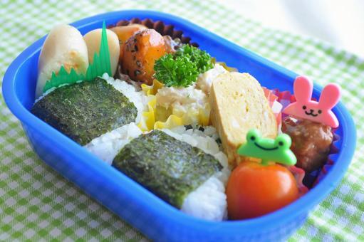Handmade triangular seaweed rice ball lunch box_Children, kindergarten, nursery school lunch image