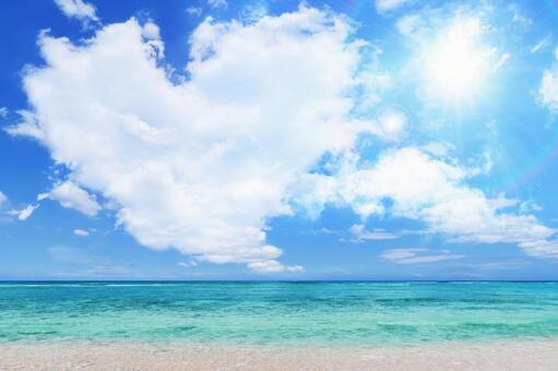 여름의 태양과 하트 모양의 구름과 푸른 하늘과 바다와 하얀 모래 해변