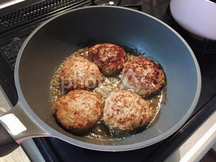 ハンバーグの調理 自炊の写真