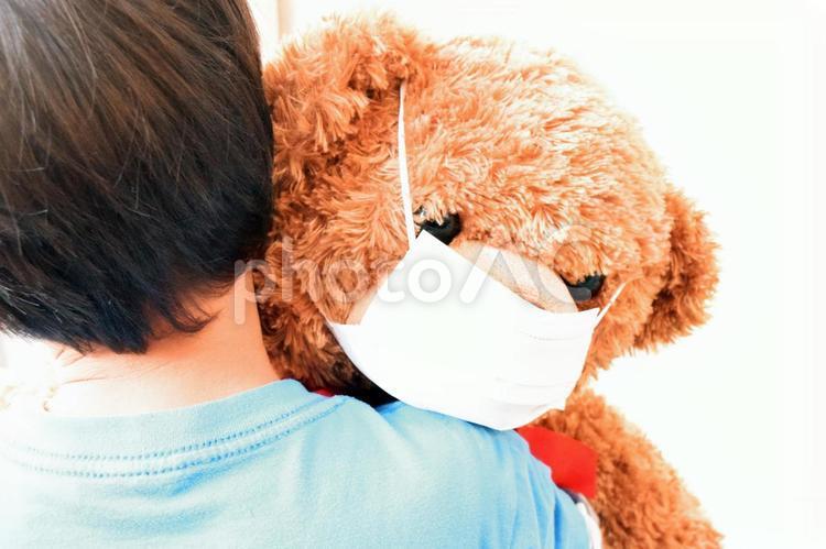 マスクをするクマの縫いぐるみの写真