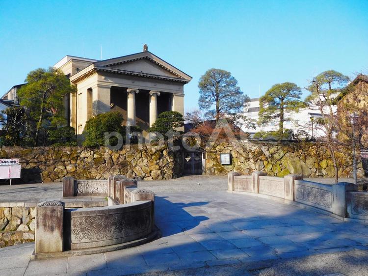 倉敷美観地区の今橋と大原美術館の写真