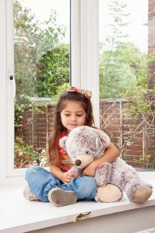 孩子拿着毛绒玩具2