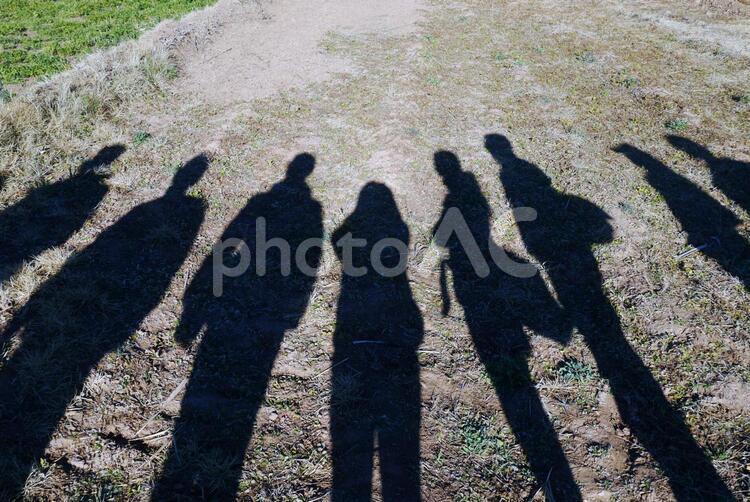 複数の人の影の写真