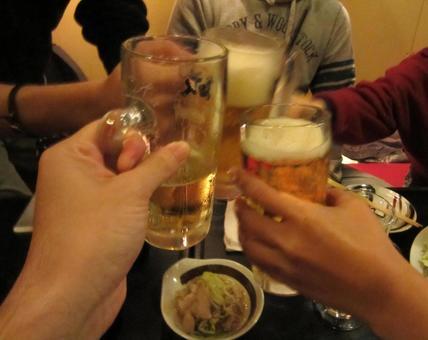 술자리에서 친구와 맥주로 건배