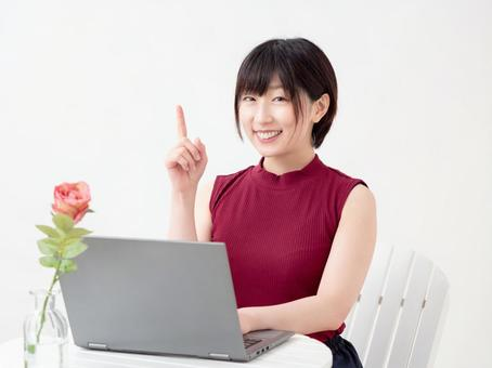 Image of a woman opening a computer in a cafe