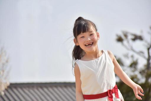 一個女孩帶著微笑